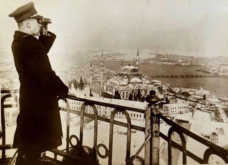 #istanbul İtfaiye Teşkilatı görevlisi Beyazıt Kulesi'nden yangın gözetlemesinde (1934).