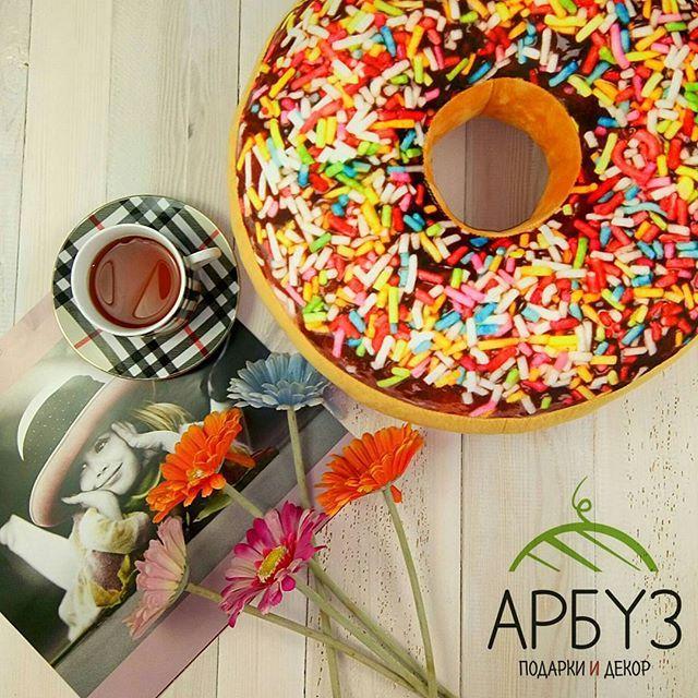 """Хотите сделать идеальный #подарок? 🎁 подарите #пончик! 🍩 прикольный сувенир для людей со вкусом к жизни, гурманов и сладкоежек 🍰 #подушка """"Пончик"""" с глазурью и при этом ноль калорий 👌 950₽ В магазинах подарков и декора Арбуз 🍉 #сладкоежка #глазурь #подарки #подарочки #декор #арбуз #arbuzgift #donuts #dunkindonuts"""