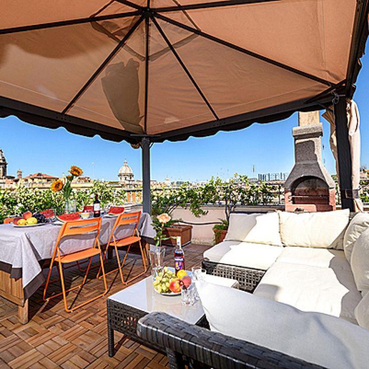 Старинные аппартаментыпринадлежащие итальянской аристократической семье. Антикварная мебель, гобелены, картины, представляющие большую ценность, старинные деревянные потолки. И прекрасные виды из окна и, тем более – с террассы.  Город Рим Расположение: римское гетто, самый центр города Количество гостей: 5-6 Минимальный срок аренды: 5 дней Спален: 3, каждая с отдельным санузлом Террасса: 1 с диванами, обеденным столом и грилем Кухня: 2, одна – прилегает к террасе. Гостиная: 1 Столовая: 1