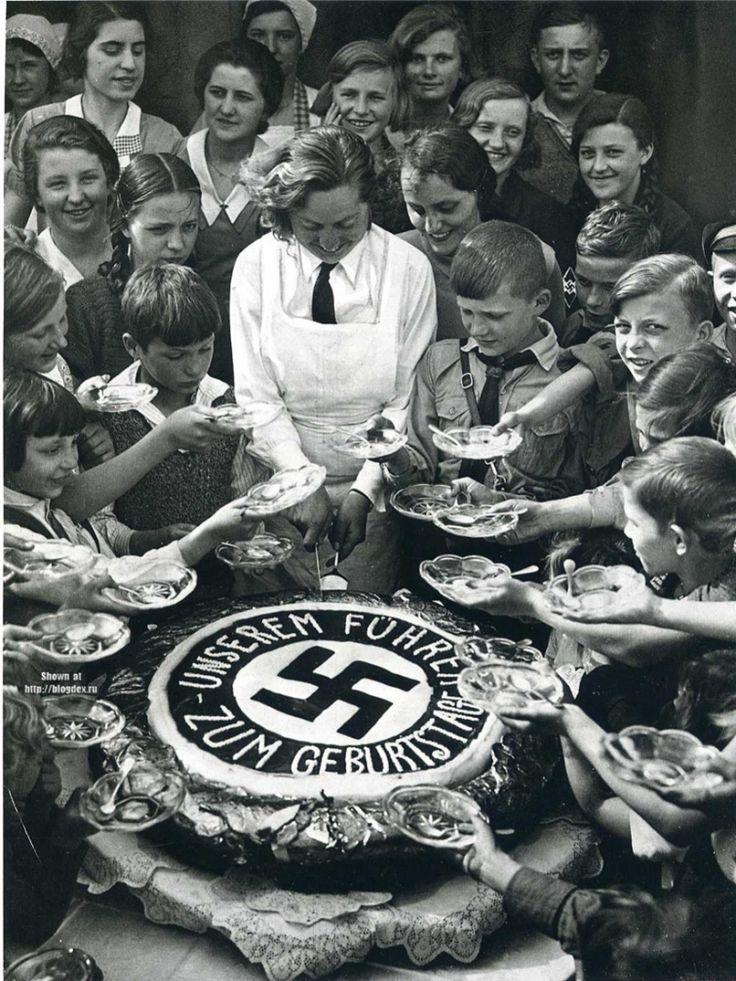 Торт для детей из малоимущих семей в честь Дня рождения Адольфа Гитлера, Третий Рейх, 20 апреля 1934 года