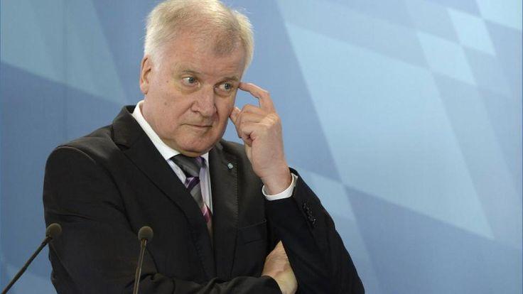 """Horst Seehofer mówi dla Bild am Sonntag o zaostrzeniu przez Merkel sytuacji bezpieczeństwa państwa, co grozi kryzysem całej Unii Europejskiej,  zaś gazeta komentuje ustami ukaranej za jazdę samochodem po pijanemu biskupki protestanckiej; Nazywany przez SPD """"panikarzem"""" Seehofer wskazuje, że problemy Bawarii są także problemami landów rządzonych przez SPD. Państwo, które nie chce, albo nie może obronić swoich granic, ogłasza - jego zdaniem - kapitulację http://sowamagazyn.blogspot.de/2015/10/:"""