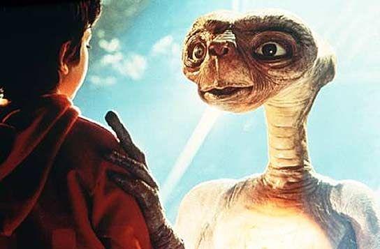 E.T es una película de ciencia ficción. Un extraterrestre cae en el planeta tierra y conoce a Elliot, quien se convierte en su mejor y único amigo.  La película es de los 80´s, así que el tema es relativamente nuevo y por ende, interesante.