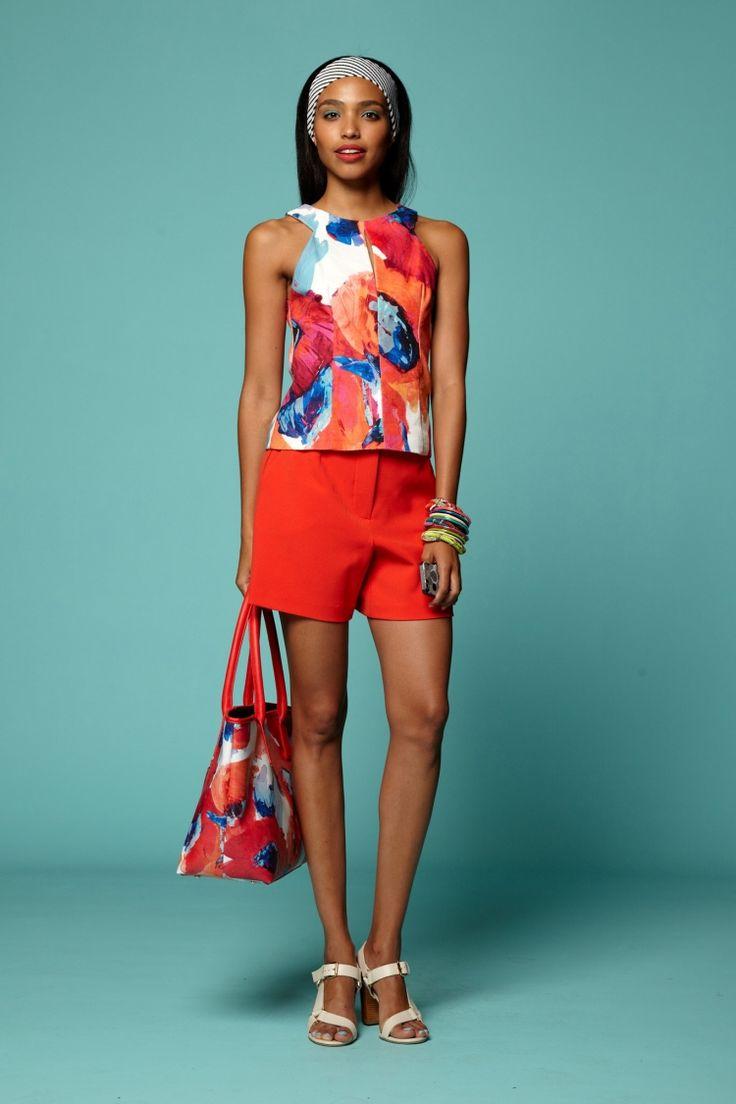 sommer-outfits-shorts-rot-top-bunt-tasche-sandallen-hintergrund-blau-gruen