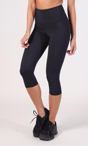 These cropped yoga leggings just gave you another reason to go to the gym #yogaleggings #blackleggings