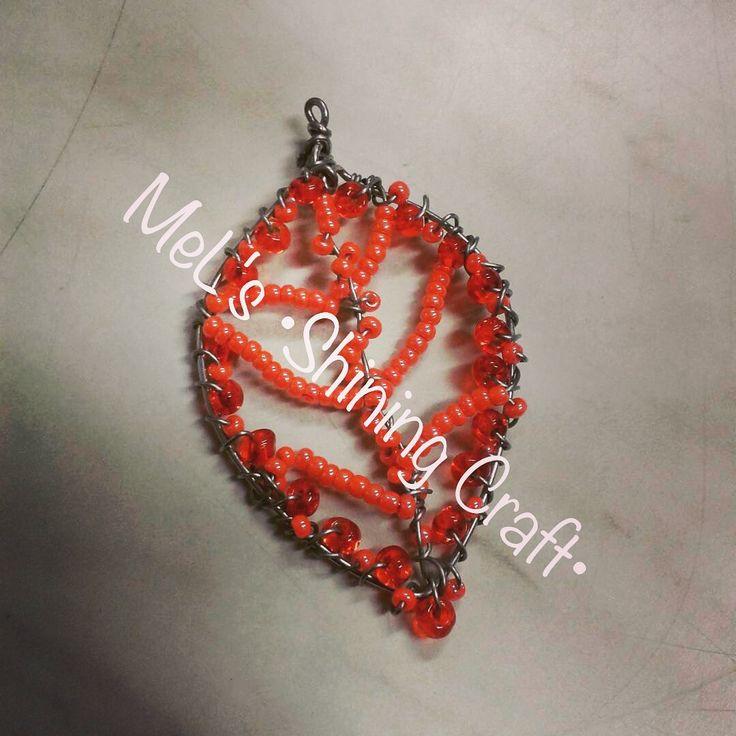 Ciondolo foglia .  Lavorazione interamente artigianale con perline.  Visita la mia pagina Facebook:  MeL's •Shining Craft•