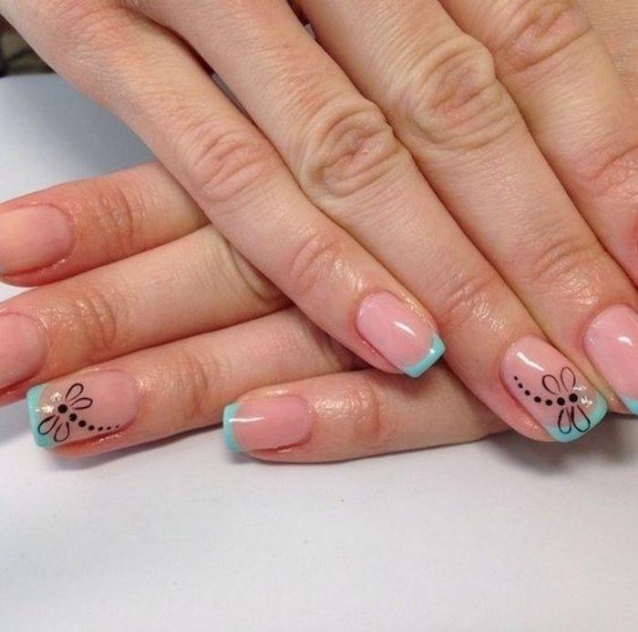 uñas pintadas, estilo frances, puntos azules, dibujo de libélula en el dedo anular