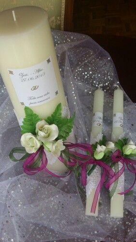Velas para una boda. Floresen porcelana fría y lazos de espejo organza.