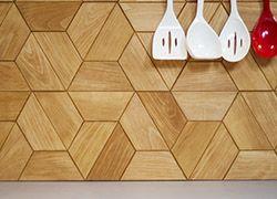 Drewniane płytki nad blatem kuchennym / Wooden tiles over the kitchen worktop