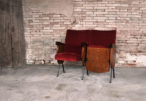 Interior design recupero coppia di poltrone da cinema con imbottitura in velluto di colore rosso e seduta reclinabile, dimensione max: 155 cm x 50 cm x h 88 cm SESTINI E CORTI