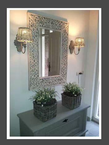 spiegel met lampjes er naast - heel sfeervol - en mooie plantjes in mandjes