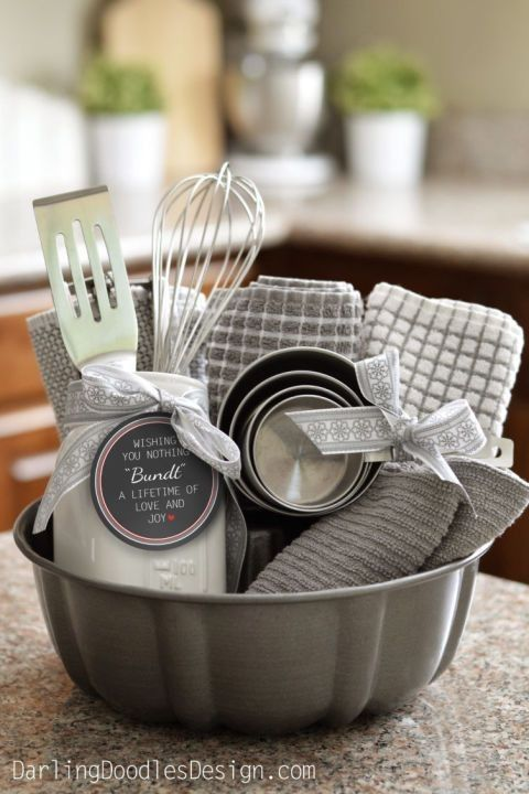 Diy gift, gift for kitchen, new homeowners gift, pan as a basket, gift basket, Christmas gift, co-workers gift, neighbors gift, parents gift, housewarming gift, Christmas, homemade gift,  homemade gift basket, towels, utensils, creative gift, new homeowners gift, engagement gift, #afflink