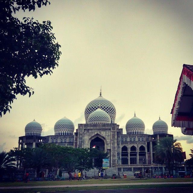 Berdiri megah di pusat kota Lhokseumawe, Propinsi Nangroe Aceh Darussalam, Islamic Center / Almarkazul Islami Lhokseumawe menghadirkan nuansa Timur Tengah di tanah Aceh yang subur. Berdirinya Islamic Center ini membangkitkan kembali ingatan kita pada sejarah kejayaan Kerajaan Islam Samudera Pasai (Samudera Pase) yang tercatat dalam sejarah sebagai kerajaan Islam pertama di Indonesia.  Tahap pertama proyek pembangunan Islamic Center ini dimulai dengan membangun masjid agung yang strukturnya…