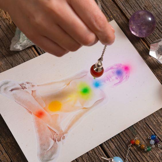 Le pendule divinatoire est une méthode accessible à tous, éxigeant cependant beaucoup de concentration.