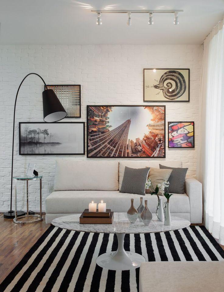 Neste apartamento de 69m², o destaque fica por conta do conjunto de elementos como o tijolo rústico pintado de branco, combinado à decoração listrada. Móveis em vidro, iluminação diferenciada e galeria de quadros também fazem parte desta residência de estilo moderno e jovem. No dormitório da crianças, a marcenaria foi desenvolvida com muita criatividade e …