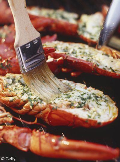 Recette Homard au gril, citron vert et piment : Faites décongeler les homards la veille, au frais, s'ils sont surgelés.Coupez-les en deux dans le sens de ...