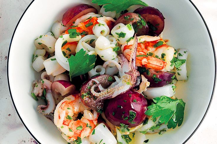 Antipasto di gamberi, uva e calamaretti