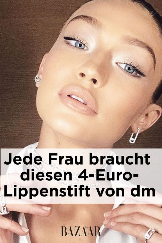 Loni Baur, als Head of Make-up von Catrice, hat ihre Lippen in die Show von Kaviar Gau …   – Make Up
