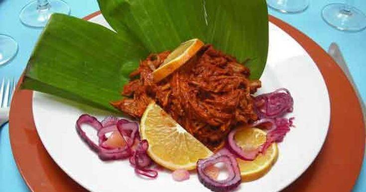 Cochinita pibil estilo yucateca  La cochinita pibil es un platillo típico del estado de Yucatán, en México. Es un guiso hecho con carne de cerdo que los mayas antiguamente hacían en un horno subterráneo.