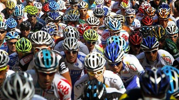 Memilih Helm Sepeda – Bersepeda merupakan olahraga yang semakin digemari, terutama bagi masyarakat perkotaan yang sadar akan kesehatan dan juga peduli akan lingkungan. Bersepeda tak hanya membuat badan menjadi sehat namun dapat mengurangi polusi yang mencemari lingkungan.