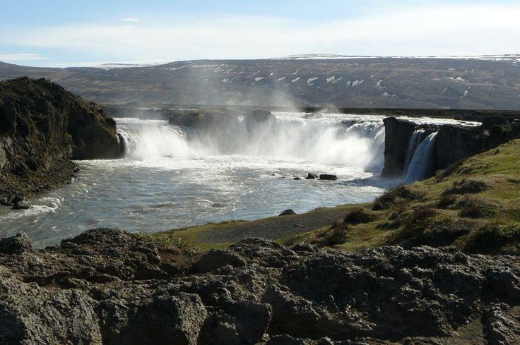 #Islande - Godafoss, les chutes des dieux, scindées en deux bras sur une roche de basalte. Annie Vialard