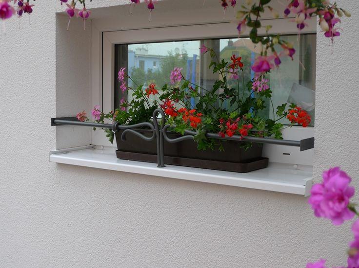 Okrasa okna. Zábrany na truhlíky, květinové truhlíky a kované zábrany na truhlíky do okna.