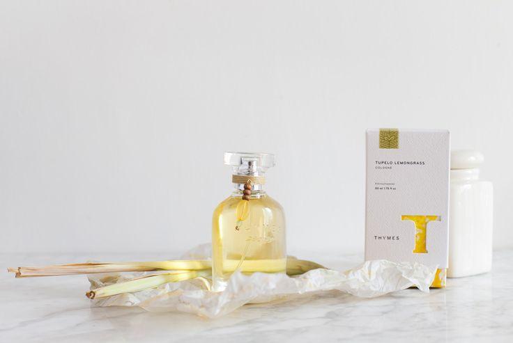 ♥ Thymes: Tupelo Lemongrass Cologne ♥ Cítrica, vital y llena de luz.  Un mosaico de la vitalidad y luz se entrega con aromas de clementina chispeante, neroli de ensueño y dulce bálsamo de haba tonka. La brisa suave y fresca se cuela entre la hierba de limón y las hojas de privet tonificante, y se mueve unos segundos entre los lirios de los valles. Un lugar lleno de secretos ♥ #thymes #oliviatheshop #cologne ♥ http://www.oliviatheshop.com/collections/products/thymes-tupelo-lemongrass-cologne…