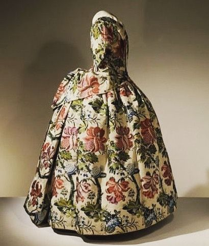 This has to be one of the brightest and boldest brocade dresses ever. Dating to the 1730s it bears all of the aesthetics of bizarre silk, as it was known, the pattern consisting of a design that is large in scale & strong in colour. Woven in Spitalfields & now in the V&A @vamuseum #brocade #spitalfields #bizarresilk #silkbrocade #1730s #18thcentury #18thcenturyfashion #georgian #georgianstyle #floralsilk #dresshistory #fashionhistory #largepattern #fashionmuseum