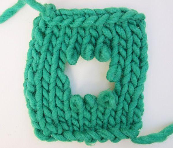 Nous voulons vous montrer comment réparer les trous sur vos ouvrages tricotés WAK.  Si vous avez déjà abimé un ouvrage de laine, ne vous inquiétez pas, les trous peuvent être raccommodés.
