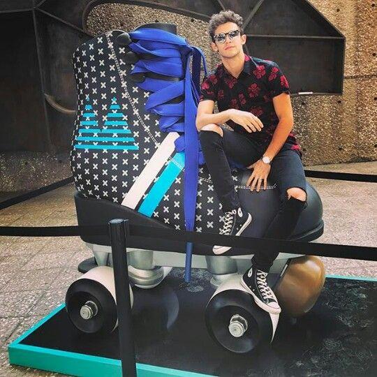 Ruggero pose sur ses patins, de la série SoyLuna, taille XXXXXXXXLLLLL