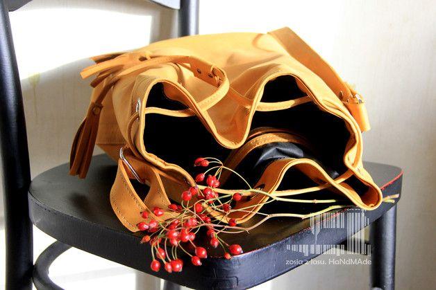 TOrebka- worek sakwa z żółtej- musztardowo-mirabelkowej skóry naturalnej -nubuk. spód w kształcie elipsy, wzmacniany i usztywniany. uchwyt regulowany. zamykanie na rzemyk z frędzlami na końcu. w...