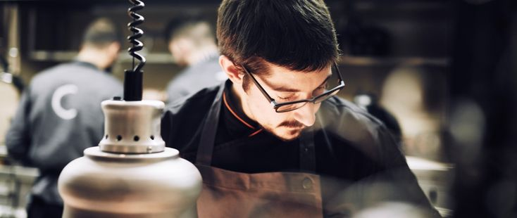 Ο Τάσος Μητσελής συνάντησε τον Αλέξανδρο Τσιοτίνη στο εστιατόριό του, με αφορμή την έναρξη του S.Pellegrino Young Chef 2016 και συζήτησαν για την περσινή του εμπειρία, την πορεία του ως το CTC, τις βλέψεις του για την γαστρονομία στην Ελλάδα και τον ίδιο.
