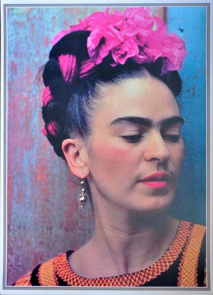 (Magdalena Carmen Frida Kahlo; Coyoacán, México, 1907 - id., 1954) Pintora mexicana. Aunque se movió en el ambiente de los grandes muralistas mexicanos de su tiempo y compartió sus ideales, Frida Kahlo creó una pintura absolutamente personal, ingenua y profundamente metafórica al mismo tiempo, derivada de su exaltada sensibilidad y de varios acontecimientos que marcaron su vida.