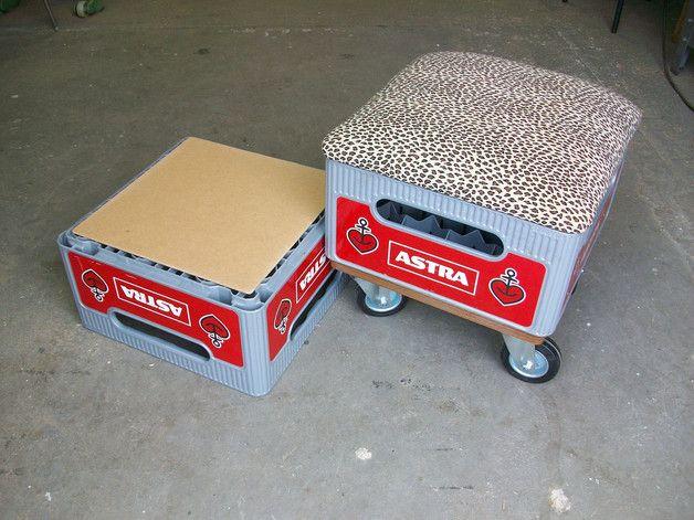 Der Sitz besteht aus 2 Bierkisten. Der mit Alcantara gepolsterte Sitz ist abnehmbar. Größe: 40x40cm Nimmt man eine Kiste ab, kann die eine als Sitz und die andere als Tisch genutzt werden. Auch...