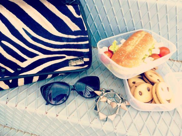 La blogger Paloma Amo con su Snailbag Amazonas Zebra. Snailbag everywhere you go! #Snailbag #lunchbag #moda #chic #fashionblogger #streetstyle #tupper #tuppertime #MadeInSpain #ShopOnline http://palomaamo.blogspot.com.es/2013/03/snailbag-lo-ultimo-en-accesorios.html