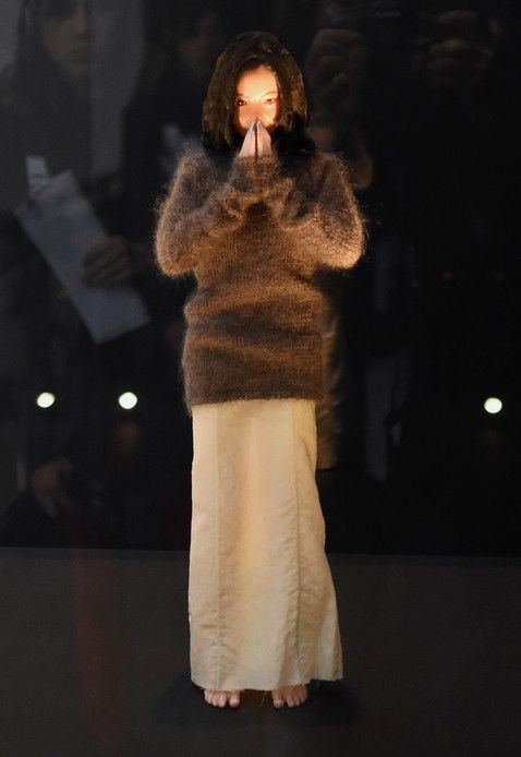 """Une adorable Björk miniature de """"Debut"""" en prière"""