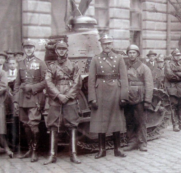 Polish_Renault_FT-17_tanks_during_military_parade_in_Przemyśl_(before_1939) (1)