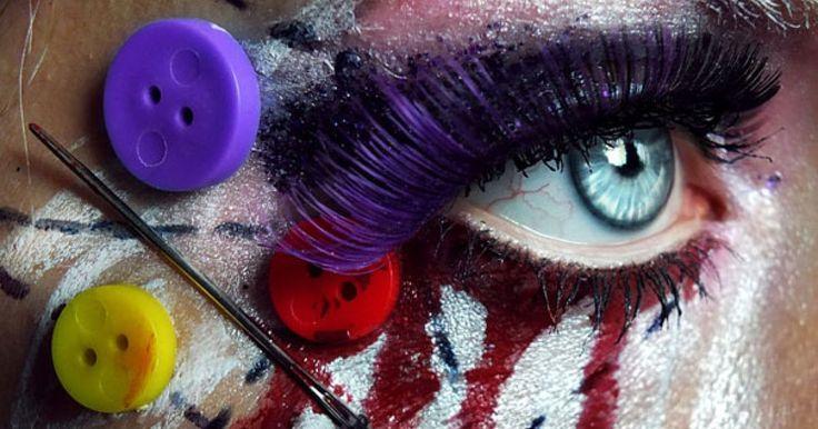 En algun momento alguien nos dijo que no debíamos exajerar con nuestro maquillaje y que tener demasiado brillo o color estaba mal. visto. Sin embargo, existen personas que hacen caso omiso a estas palabrerías. Tal es el ejemplo de Svenja Jödicke de Berlín,quien decidió agregar un poco más que solo sombras básicas a sus diseños. Para ella unas plumas, botones, insectos, piedras y más también son aceptados en estas divertidas creaciones, inclusive utiliza lentes de contacto cuando es…