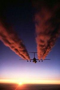 Un Starlifter C-141 deja su rastro de contaminación sobre la Antártida. Crédito: Dominio público.