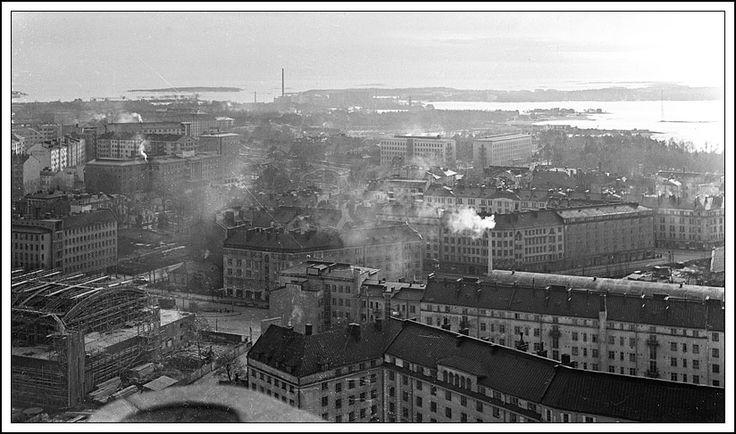 Töölö stadikan tornista. Vasemmalla on rakenteilla oleva Messuhalli, nykyinen Kisahalli. Taustalla Salmisaaren Alkon piiput ja Lauttasaari. 1950-1952.