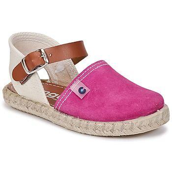 Las #sandalias en color rosa son tendencia. Conguitos nos presenta su colección de zapatos abiertos. Los #niños se volverán fan del modelo Lavera, con su corte en piel y su suela en sintético.