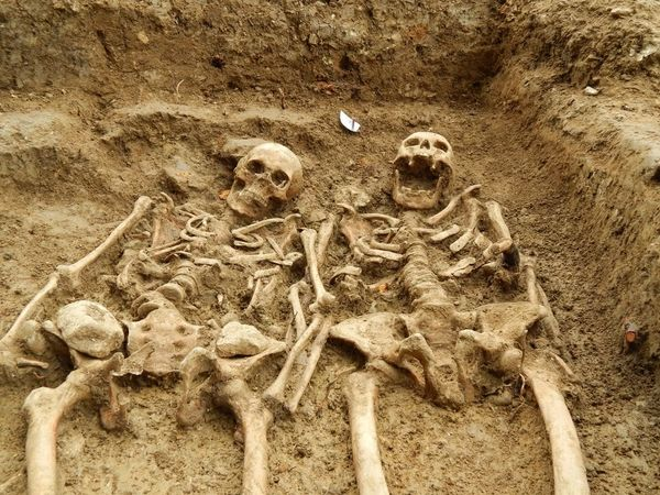 700 YEARS AGO ,THEY DIED WITH HOLDING HANDS WITH EACH OTHER SKELADEN DATED 1300 A.D