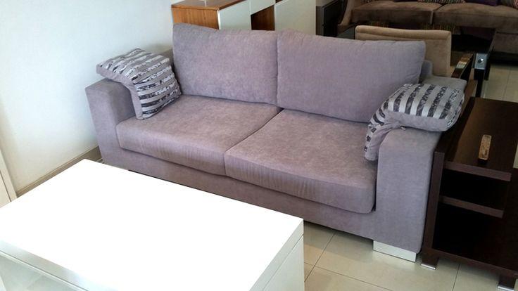 Nuestro sofá modelo Brown es un clásico en la modernidad de estos tiempos. Lo fabricamos con patas en acero o en madera, y la medida es la que los ambientes piden. Se disfruta solo, en familia y con amigos.