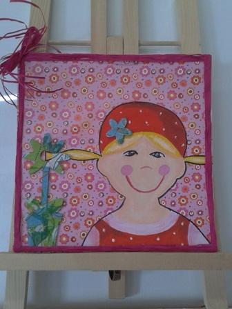 board doek beplakt met papier en lint met geschilderd meisje.