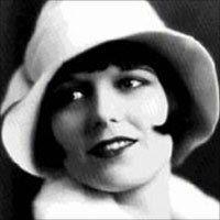Palaria mica, indesata pe cap, era asortata margelelor sirag de 1 metru care faceu sa straluceasca ochii fetelor. Moda in anii 20.