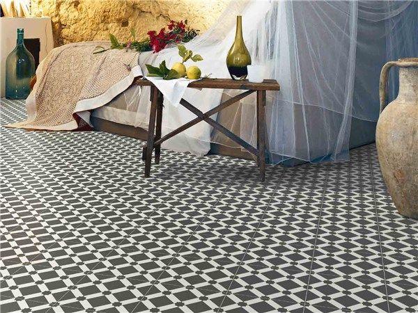 Tijdloos mooie zwart-wit vloer in patroontegels van 20x20 cm (13). Tegelhuys Wijhe.