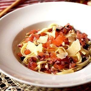 Spaghetti saumon fumé et sauce vierge : 75recettes au saumon fumé pour Noël - Journal des Femmes