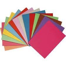 Con folios de colores podemos decir a los niños que dibujen algo en un rectángulo, fomentando asi su imaginación, y luego plastificarlo para que lo tengan como señala páginas, favoreciendo la iniciación a la lectura