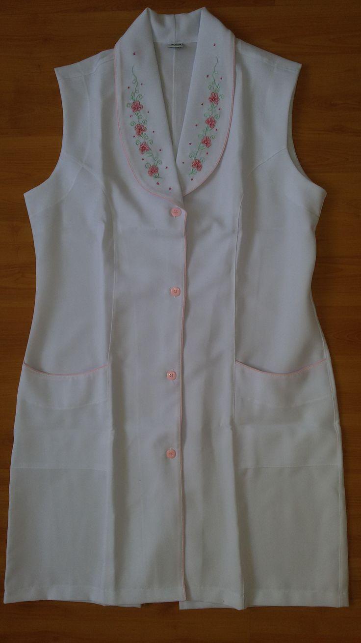Jaleco Feminino Gola Inteira Bordada #labcoat #Uniforms #Fashion #Style #Nurse #Medical #Apparel #rendasetramas