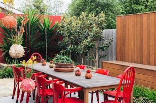 JardiCC81n2C-mesa-exterior-con-sillas-pintadas-en-rojo-escultura-colgante