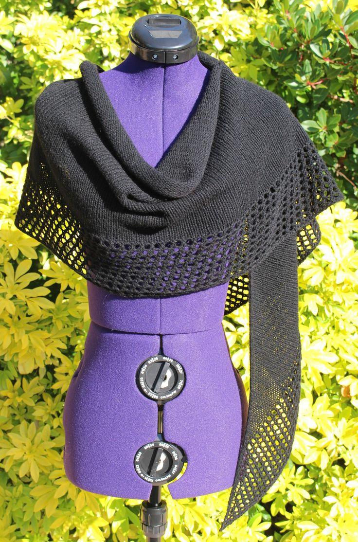 Châle tricoté main cachemire, écharpe poncho noir, étole tricot ajouré, châle plaid laine, foulard fait main, cape de soirée, chèche femme https://chaliere.tictail.com/ #chaliere #tictail #madeinfrance